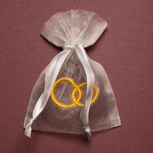Organza zakjes met trouwringen - huwelijksbedankjes