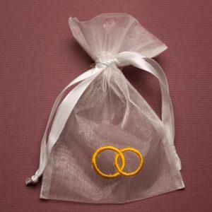 Organza zakjes met trouwringen - huwelijksbedankjes - maat 5