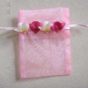Organza zakjes met randje van rozenblaadjes in roze
