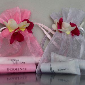 Organza zakjes met randje van rozenblaadjes in roze en wit